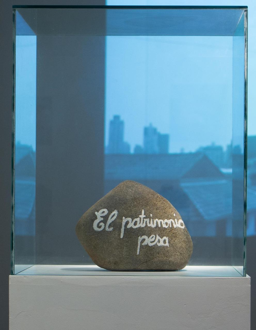 El patrimonio pesa, Perla Ramos, 2017. Apropriação, 12.8 x 24 x 14 cm, pedra patrimonial pintada.