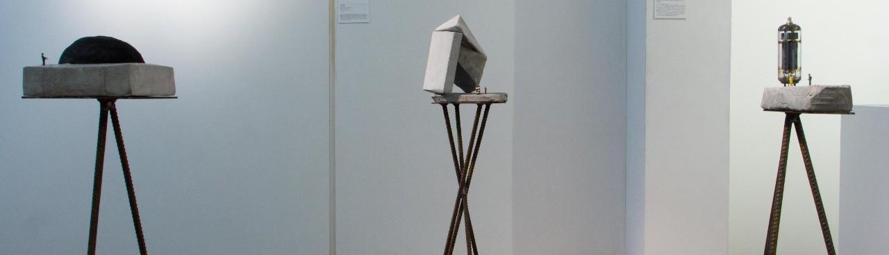Les traigo la modernidade, Pavel Ferrer, 2018. Esculturas, 13 x 14, 5 x 14 cm, 20 x 8,5 x 16 cm, 21 x 10 x 7cm, concreto, plástico e válvula sobre bases de ferro_