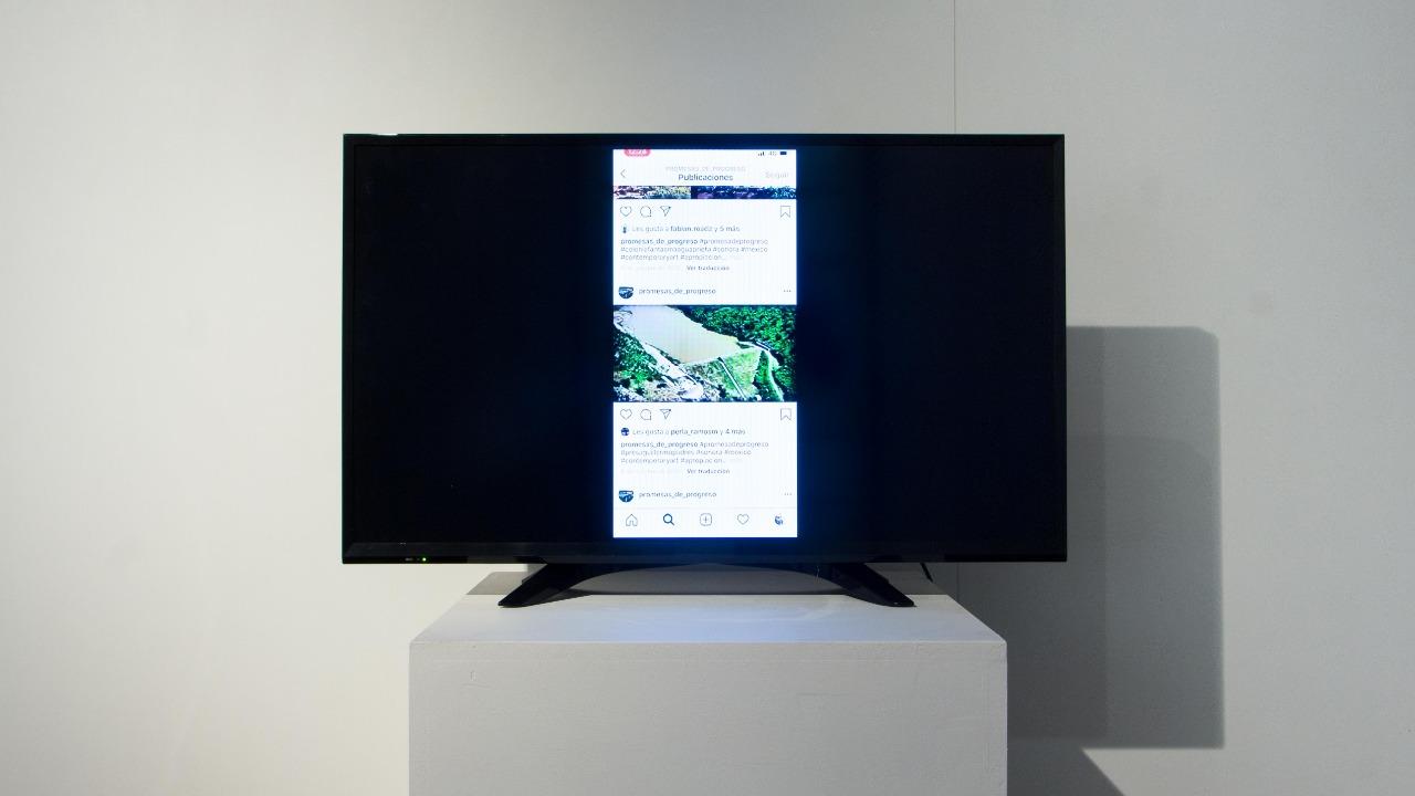 Promesas de progresso, Eduardo Acosta, 2018. Apropriação, tamanho adaptável à tela, Página do Instagram exibida em TV