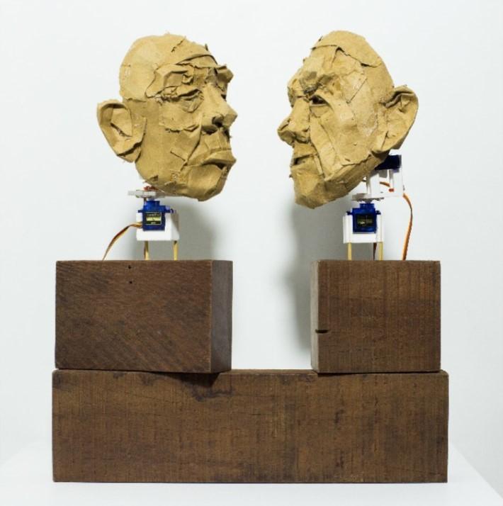 Dialética binária, Diego de los Campos, 2017. Escultura cinética em papelão, madeira, cola quente, palito de madeira, impressão 3D, servo motors, arduíno, 35x41x13cm.