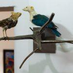 Galho, Walmor Corrêa, 2007. Aço e pássaros e ratos taxidermizados, escala natural.
