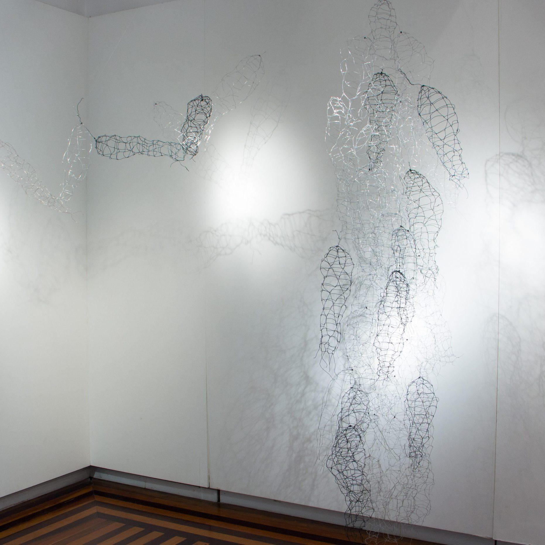Corpolinha, Anna Moraes, 2019. Instalação em arame, 50x20x15cm e 70x130x45cm.
