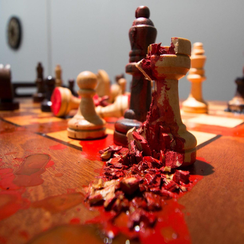 Xeque-mate (detalhe), Cyntia Werner, 2015. Instalação, mesa, cadeiras e intervenção sobre tabuleiro de xadrez, aproximadamente 100x200cm.